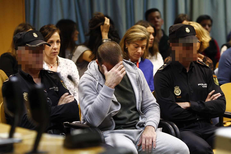 El pederasta de Ciudad Lineal en el momento del juicio, custodiado por dos policías.