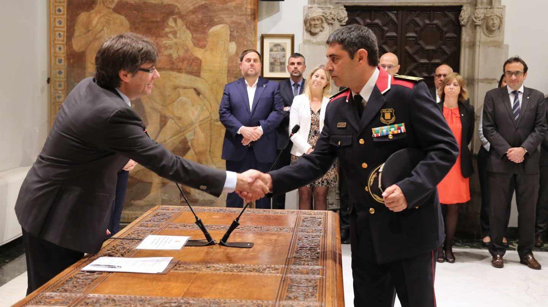 Trapero estrecha la mano de Puigdemont el 18 de abril de 2017, día en que fue nombrado mayor de los Mossos.