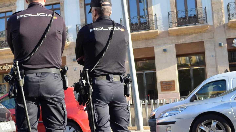 Policías nacionales, en acto de servicio.