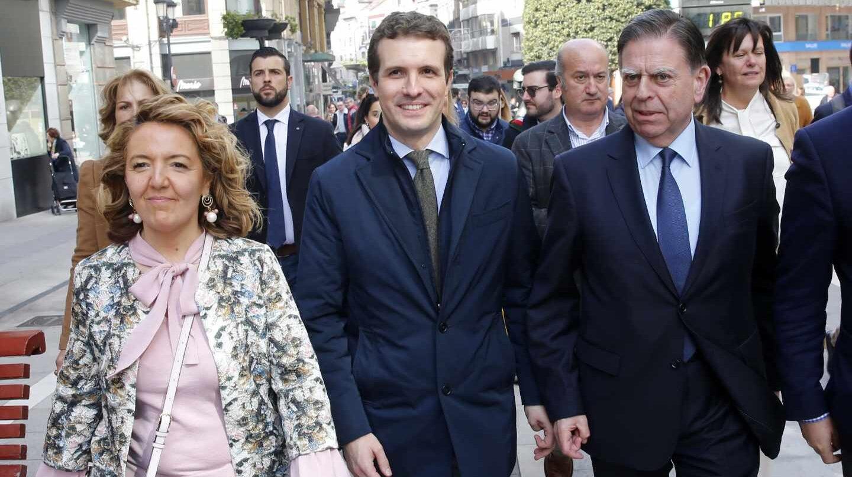 Teresa Mallada junto a Pablo Casado durante una visita a Asturias del presidente del PP.