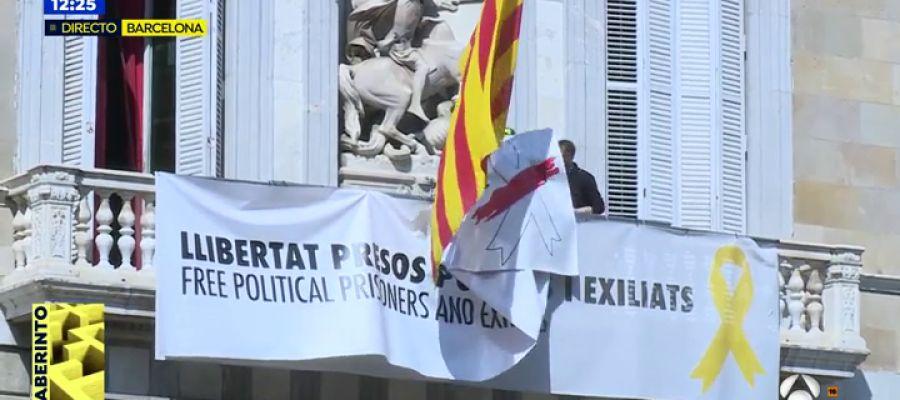 Retiran la pancarta con los lazos de la Generalitat.