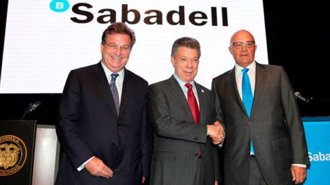 Jaime Gilinski, primer accionista del Sabadell, Juan Manuel Santos, presidente de Colombia, y Josep Oliu, presidente del banco.