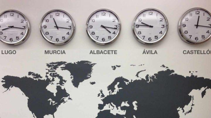 Relojes imaginarios marcando la hora en distintas provincias