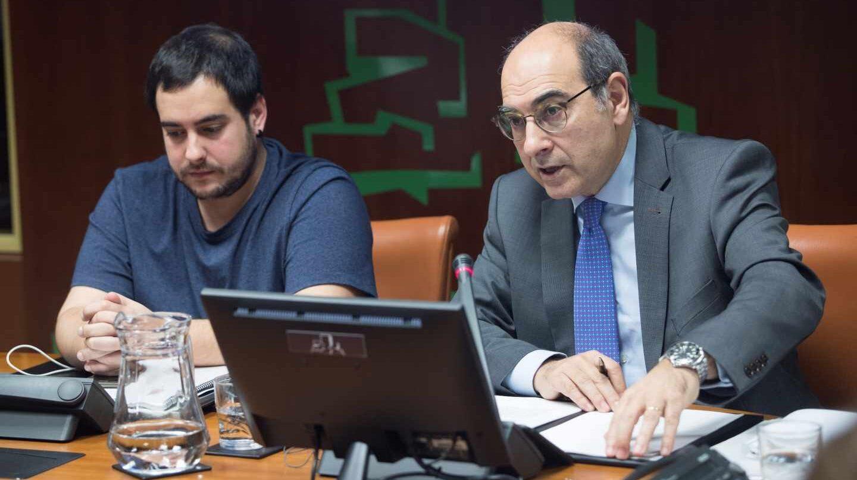 Jon Darpón, en una comisión del Parlamento vasco.