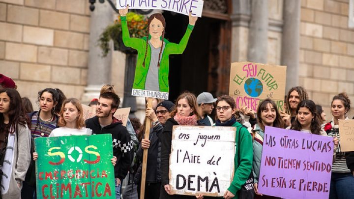 Jóvenes en Barcelona se movilizan contra el cambio climático.