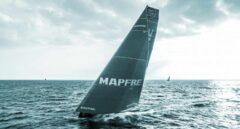 Velero patrocinado por Mapfre en una regata.