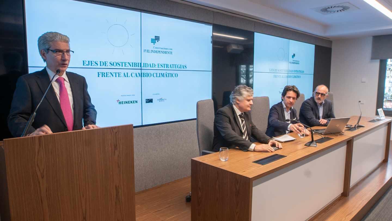 Casimiro García-Abadillo presenta la mesa con Fernando Prieto (OS), Juan Delgado y Mauricio Domínguez-Adame (Heineken)