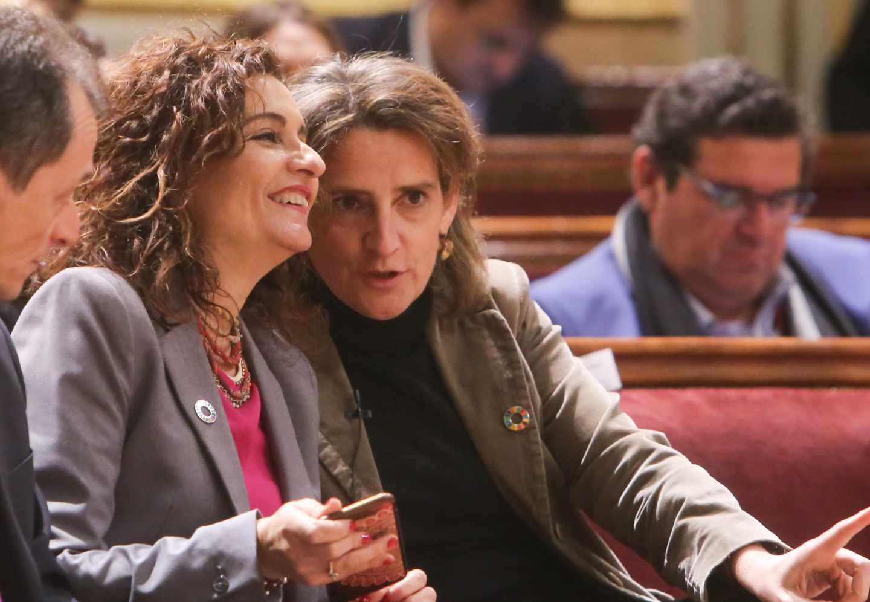 La ministra de Hacienda, María Jesús Montero, y la ministra para la Transición Ecológica, Teresa Ribera.