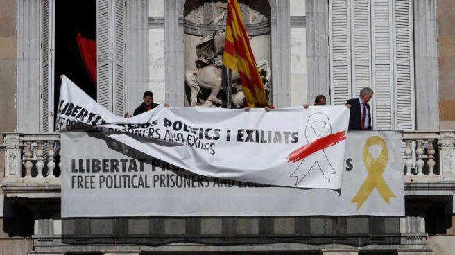 Torra burla a la Junta Electoral Central colocando una nueva pancarta sobre la polémica de los lazos amarillos.