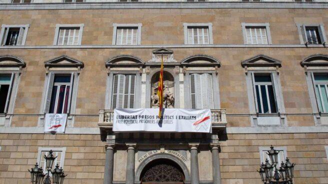 El Palacio de la Generalitat, con dos pancartas a favor de los presos y de la libertad de expresión.