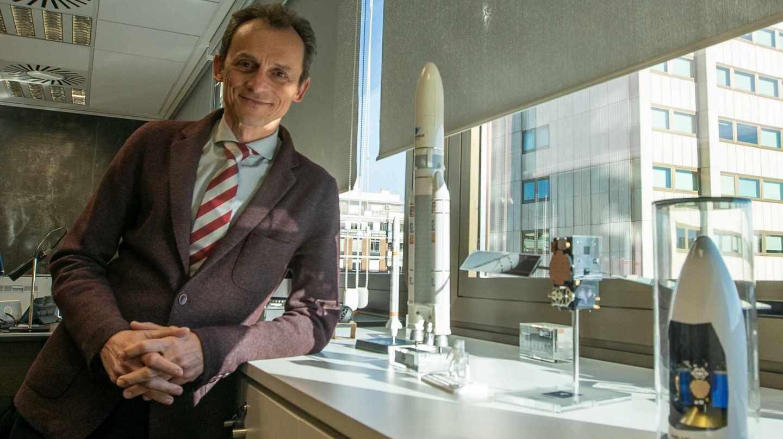 El ministro de Ciencia Pedro Duque en su despacho