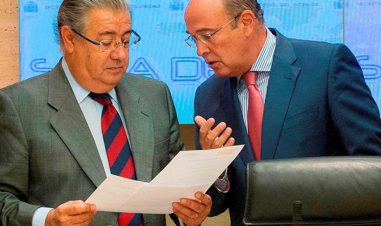 Diego Pérez de los Cobos habla con Juan Ignacio Zoido en la etapa de éste como ministro del Interior.