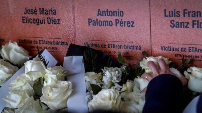 Las placas en recuerdo a las víctimas de ETA.