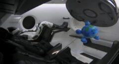 El dummy Ripley, en la cápsula Dragon, junto a su mascota