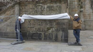 Pintadas contra los Borbones, la iglesia y Vox en la Catedral de Santiago