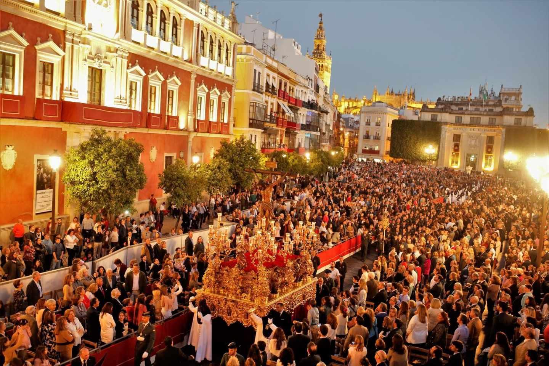 El Crucificado del Cristo de la Sangre, de la cofradía de San Benito, por la Plaza de San Francisco de Sevilla.
