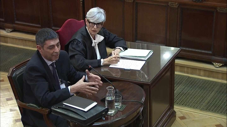 Josep Lluís Trapero, acompañado de su abogado durante su declaración ante el Tribunal Supremo.