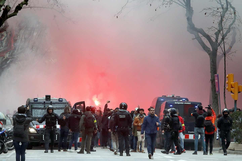 Ultras del Olympique de Lyon, custodiados por los Mossos d'Esquadra en Barcelona.