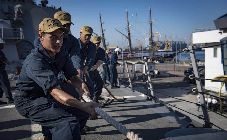 Soldados maniobran en una llegada a puerto del USS Carney.