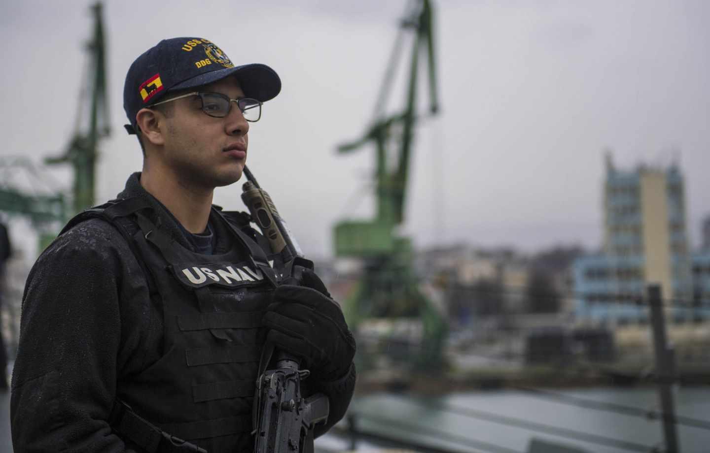 Un soldado estadounidense patrulla en la cubierta del USS Carney.