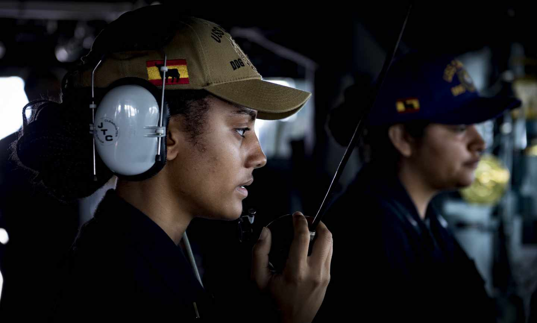 Una oficial del USS Carney, con su gorra reglamentaria.
