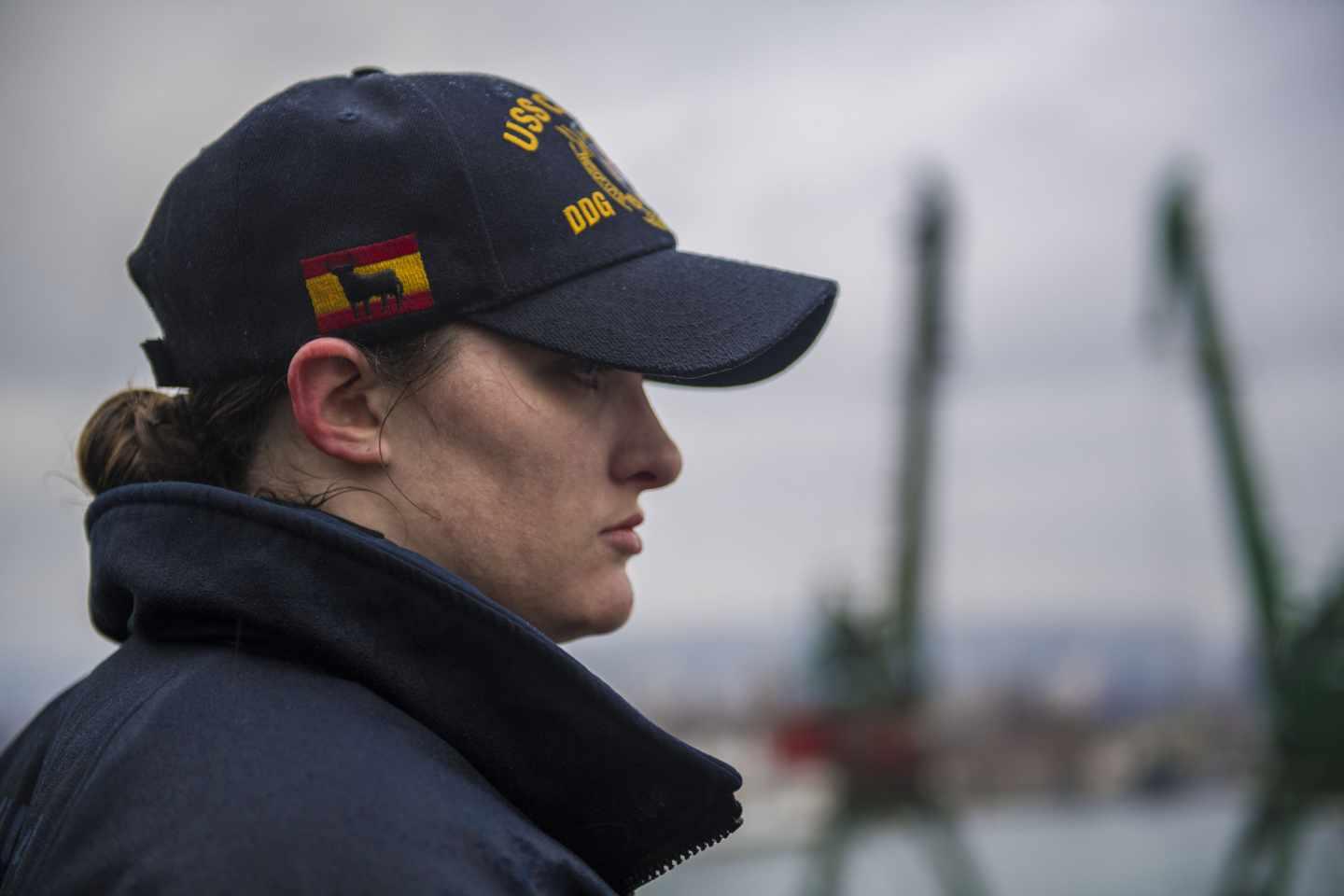 Tripulante del USS Carney, en la cubierta del destructor.