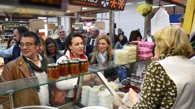La ministra de Trabajo, Magdalena Valerio, en un mercado.