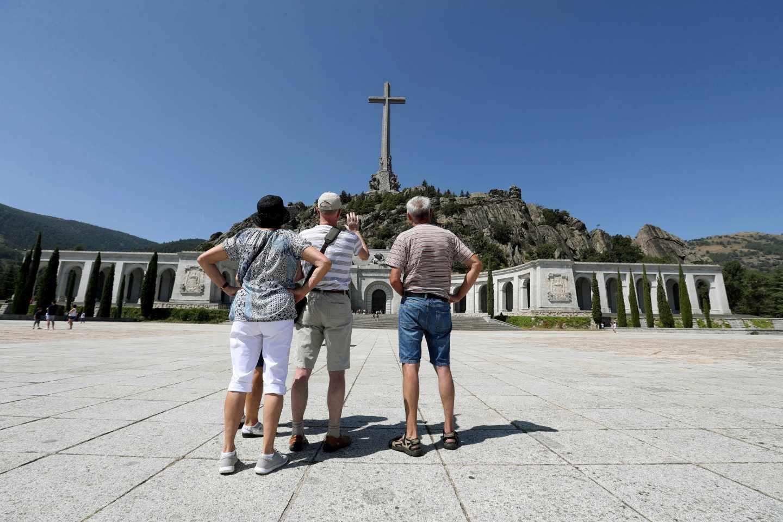 Unos visitantes, en la explanada situada ante la basílica del Valle de los Caídos el pasado verano.