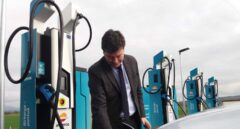 Un usuario recarga su vehículo eléctrico en la nueva estación 'ultrarrápida' de Lopidana (Álava).