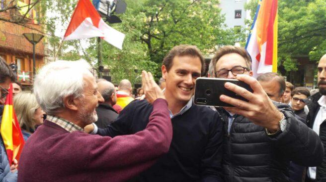 El líder de Ciudadanos, Albert Rivera, se hace un selfie con unos simpatizantes tras el mitin de Rentería.