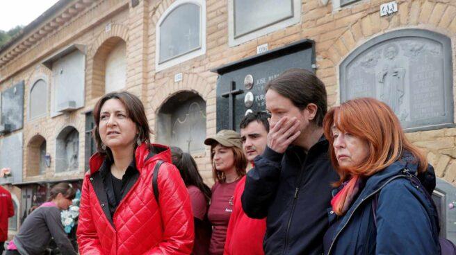 Pablo Iglesias observa los trabajos de exhumación en Paterna (Valencia).