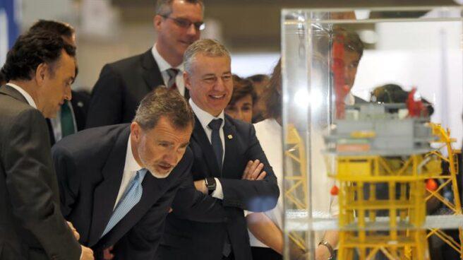 El Rey Felipe VI, junto al lehendakari, Iñigo Urkullu, durante su visita hoy al BEC de Barakaldo.