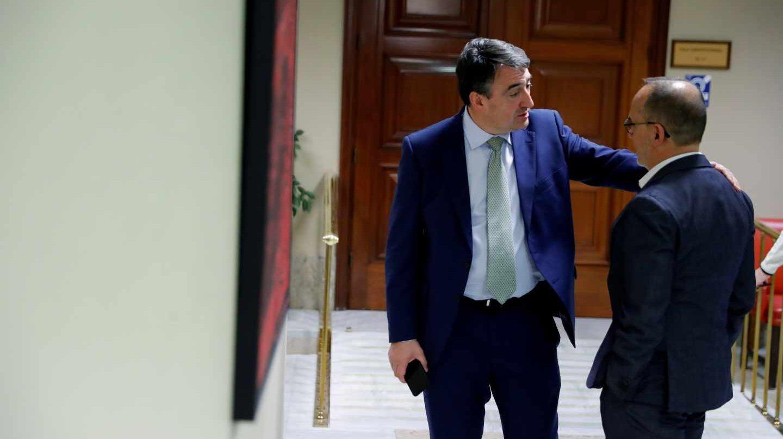 Aitor Esteban (PNV) charla con Carles Campuzano durante la reunión de la Diputación Permanente del Congreso