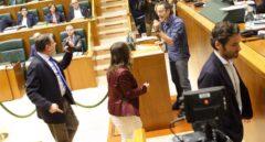 Instante en el que se encaran el parlametario de Bildu y los representantes del PP mientras abandonan el Pleno.