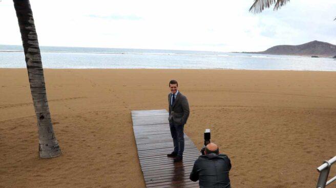 Casado posa en la playa de Las Canteras en Gran Canaria