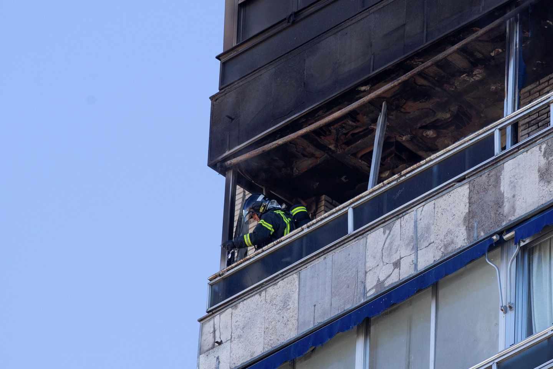 Equipos de emergencia actuando en el interior de la vivienda calcinada