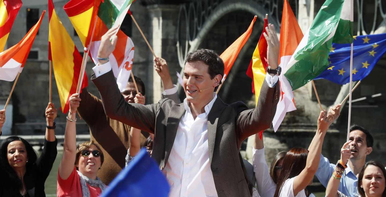 El candidato a la presidencia del Gobierno por Ciudadanos, Albert Rivera, durante un acto de campaña en el muelle de la Sal de Sevilla