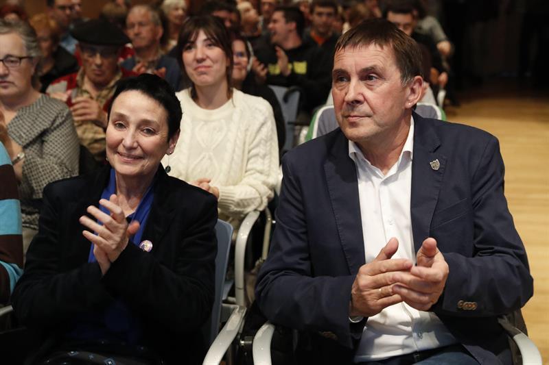 La abogada Jone goirizelaia y Arnaldo Otegi durante el acto celebrado en Bilbao.