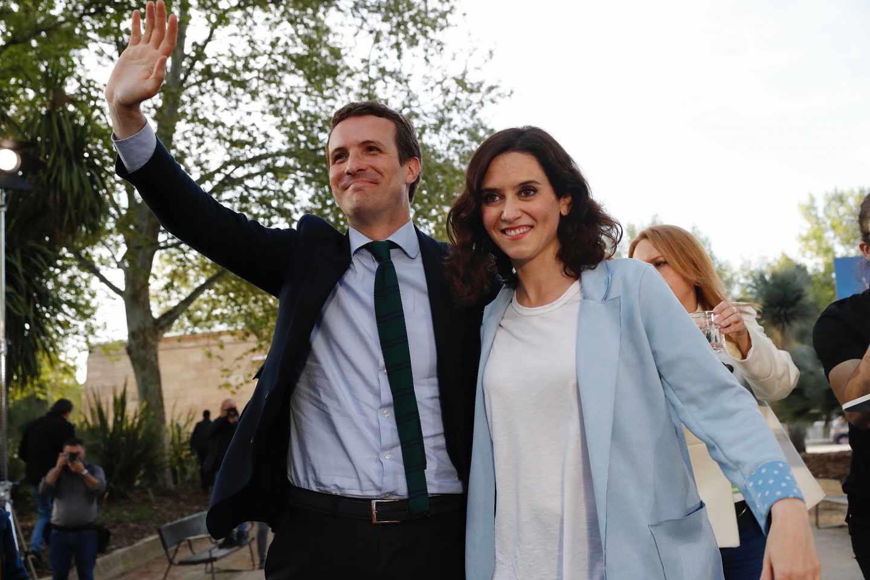 Díaz Ayuso junto a Pablo Casado en un acto de campaña.