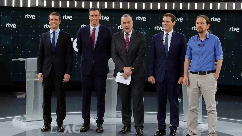 Los candidatos a la presidencia del Gobierno por PP, PSOE, UP y Cs junto al moderador de TVE, Xabier Fortes