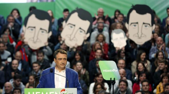 El candidato del PNV al Congreso, Aitor Esteban, durante el mitin de cierre de campaña en Bilbao.