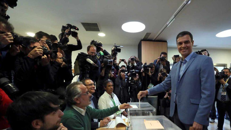 El presidente del gobierno Pedro Sánchez se dispone a votar en un colegio de la localidad madrileña de Pozuelo de Alarcón. Los colegios electorales han abierto sus puertas a las 09:00 horas para recoger el voto de los casi 36,9 millones de electores que decidirán este domingo en los comicios generales el reparto de los 350 escaños del Congreso de los Diputados y los 208 del Senado durante la próxima legislatura. Tras la constitución de las mesas a las ocho de la mañana con la comprobación de que estaban los miembros necesarios y la lectura de los manuales, a las nueve de la mañana los electores han comenzado a acudir a las urnas, en una jornada que estará marcada por el sol y con temperaturas, en general, al alza en casi todo el país.
