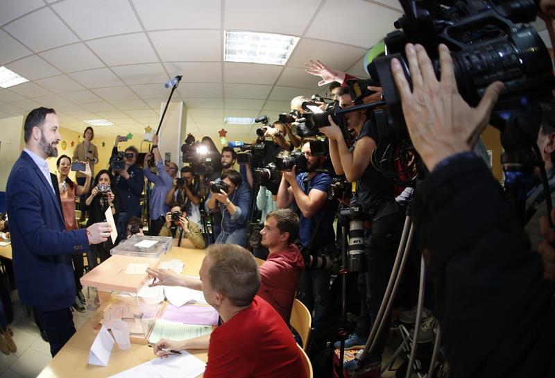 El presidente de Vox, Santiago Abascal, votando este domingo en Madrid.