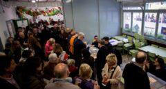 Varias personas ejercen su derecho al voto para las elecciones generales del 28-A en el colegio Ausiàs March de Barcelona.