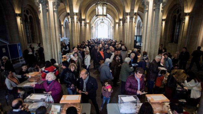 Vista general del colegio electoral de la Universidad de Barcelona en una jornada en la que casi casi 36,9 millones de electores decidirán este domingo en los comicios generales el reparto de los 350 escaños del Congreso de los Diputados y los 208 del Senado durante la próxima legislatura.