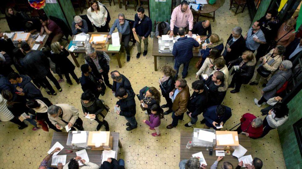 Numerosas personas hacen cola para votar este domingo en el colegio electoral de la Universidad de Barcelona