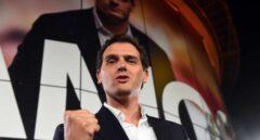 El líder de Ciudadanos, Albert Rivera, celebra los resultados de su partido tras la noche electoral.