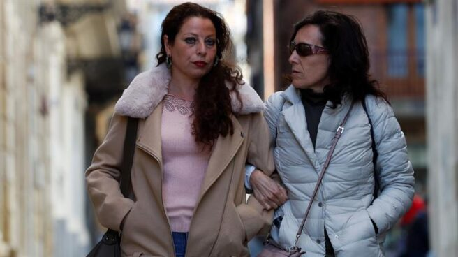 La madre del menor fallecido en la agresión, junto a una allegada.