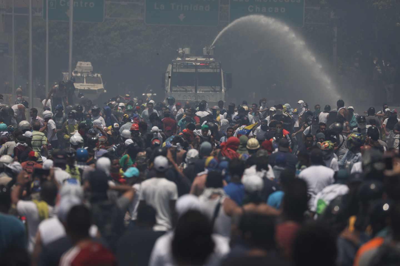 El Ejército reprime a los manifestantes partidarios de Guaidó.
