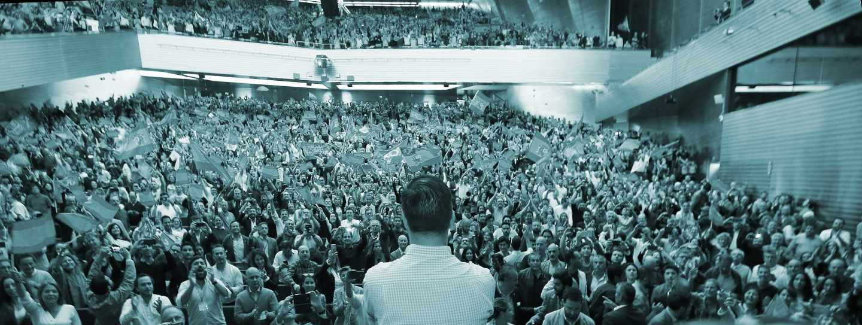 El líder de Vox, Santiago Abascal (de espaldas), durante un acto de campaña de las elecciones generales en el que ha participado este miércoles en el Palacio de Congresos y Exposiciones de Sevilla